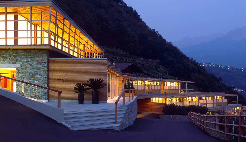 Matteo thun partners architecture pergola residence for Hotel meran design